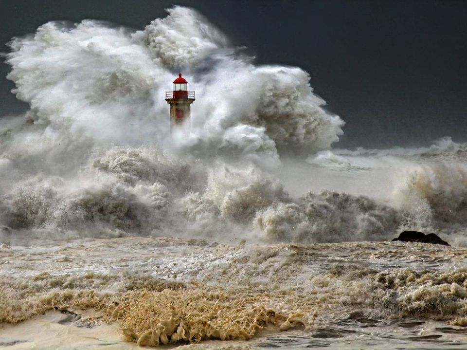 stormy-seas-portugal_73872_990x742