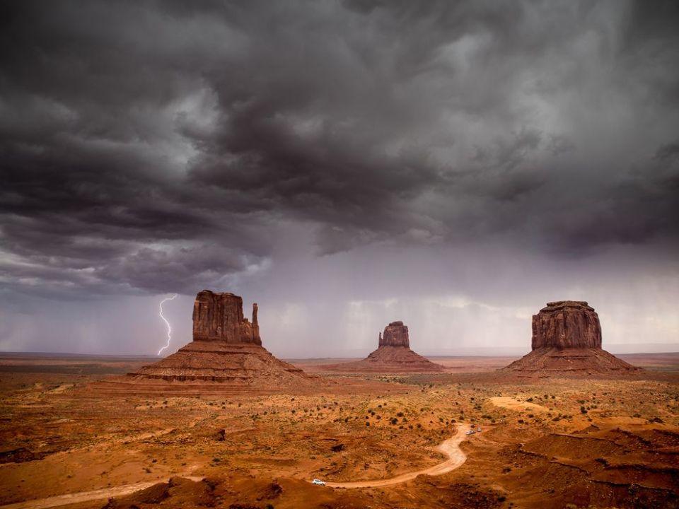 monument-valley-storm-arizona_88362_990x742